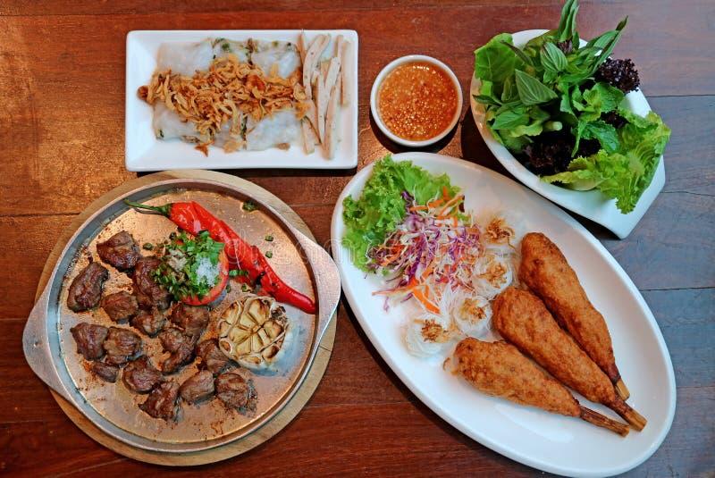 Vista superior de platos vietnamitas populares en la tabla de madera fotos de archivo