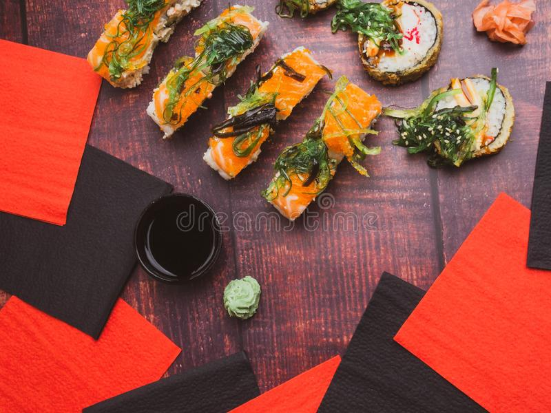 Vista superior de pratos japoneses sobre o fundo escuro Sushi dos salmões, rolos de sushi a bordo, carne de caranguejo, camarão,  imagem de stock
