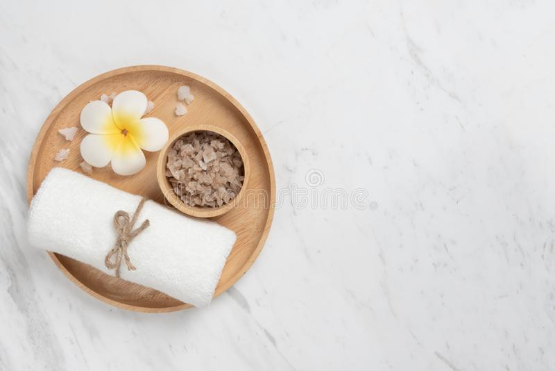 Vista superior de produtos dos termas na bandeja de madeira na forma redonda no branco foto de stock