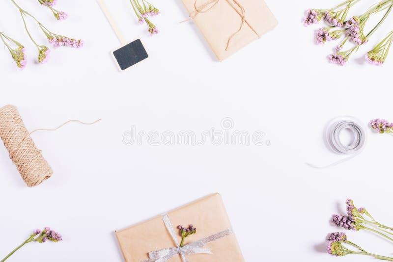 Vista superior de regalos en paquete, decoraciones y flores fotos de archivo libres de regalías