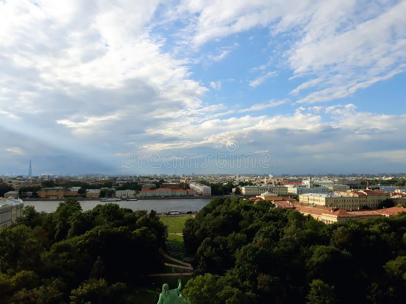 Vista superior de St Petersburg de la catedral del ` s de Isaac del santo imagen de archivo