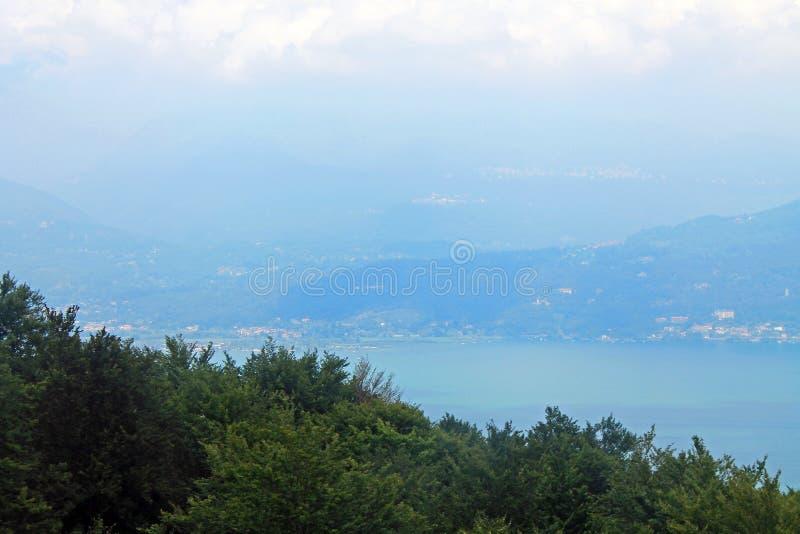 Vista superior de Stresa Itália e lago Maggiore foto de stock royalty free