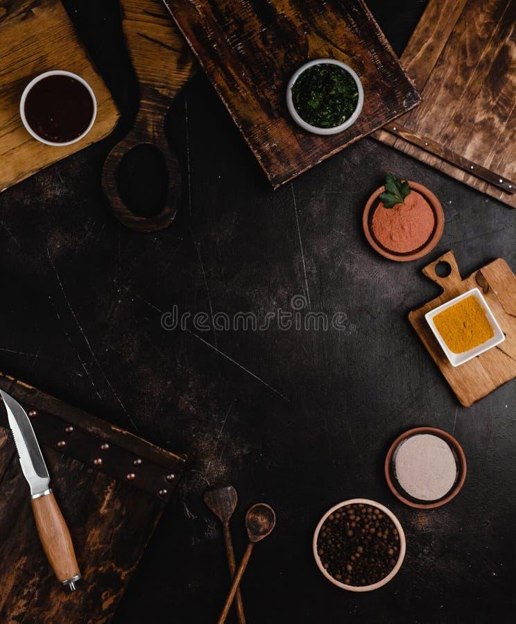vista superior de tablas de cortar de madera y de diversas especias foto de archivo libre de regalías