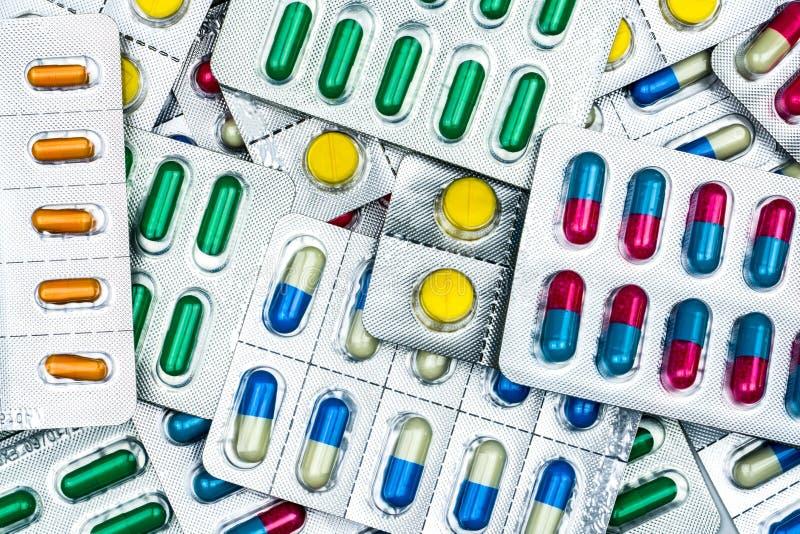 Vista superior de tabuletas e de comprimidos coloridos das cápsulas em blocos de bolha fotografia de stock royalty free