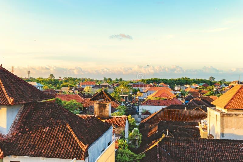 Vista superior de telhados telhados Casas de Bali Por do sol na cidade pequena acolhedor foto de stock royalty free