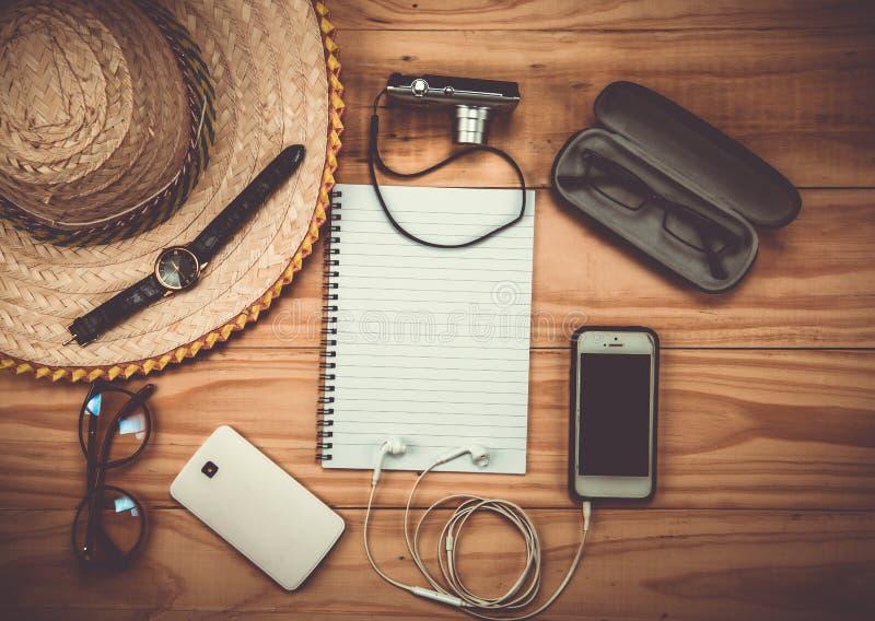 Vista superior de Traveler& x27; accesorios de s, artículos esenciales de las vacaciones, Tr fotografía de archivo