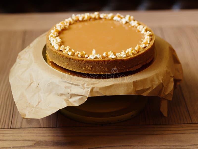 Vista superior de um bolo doce do biscoito amanteigado e do leite condensado na fotografia de stock royalty free