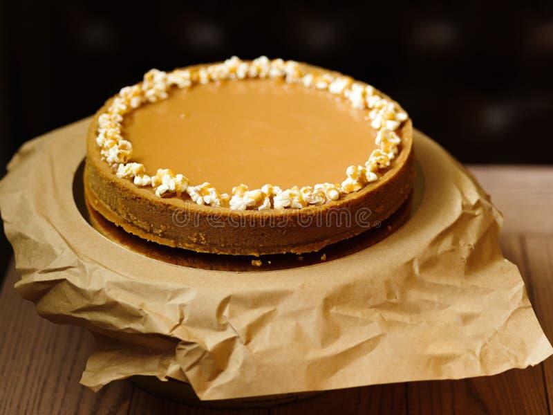 Vista superior de um bolo doce do biscoito amanteigado e do leite condensado na imagem de stock royalty free