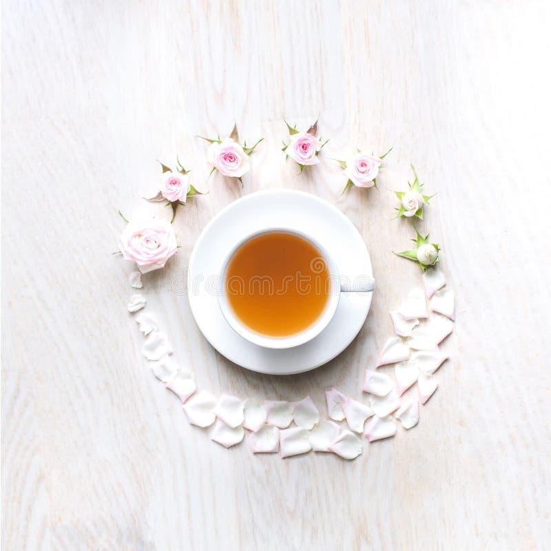 Vista superior de um copo do chá cercado foto de stock royalty free