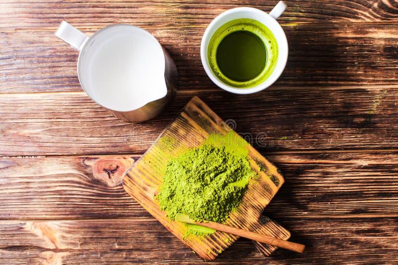 Vista superior de um copo do chá de Matcha com jarro de leite fotos de stock