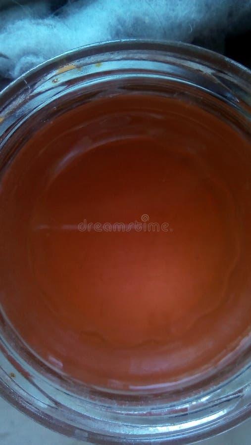 Vista superior de um frasco de vidro aberto com água matizada Close-up da parte superior do frasco imagem de stock