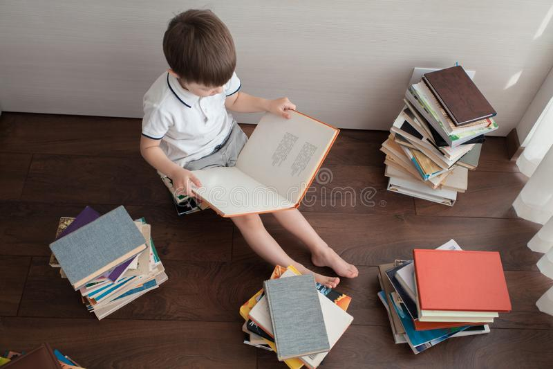 Vista superior de um menino e de livros foto de stock