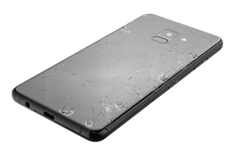Vista superior de um vidro traseiro do smartphone seriamente quebrado isolado no branco fotografia de stock royalty free