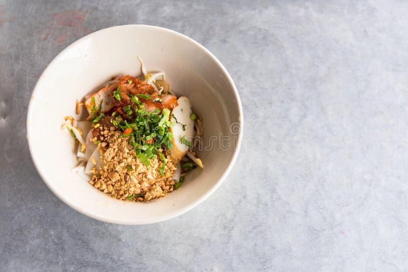 Vista superior de uma bacia de sopa de macarronete tailandesa picante de Tom Yum com carne de porco Banguecoque, Tailândia fotografia de stock royalty free