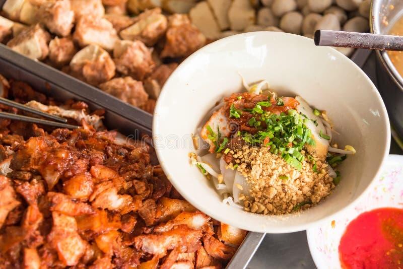 Vista superior de uma bacia de sopa de macarronete tailandesa picante de Tom Yum com carne de porco Banguecoque, Tailândia fotografia de stock