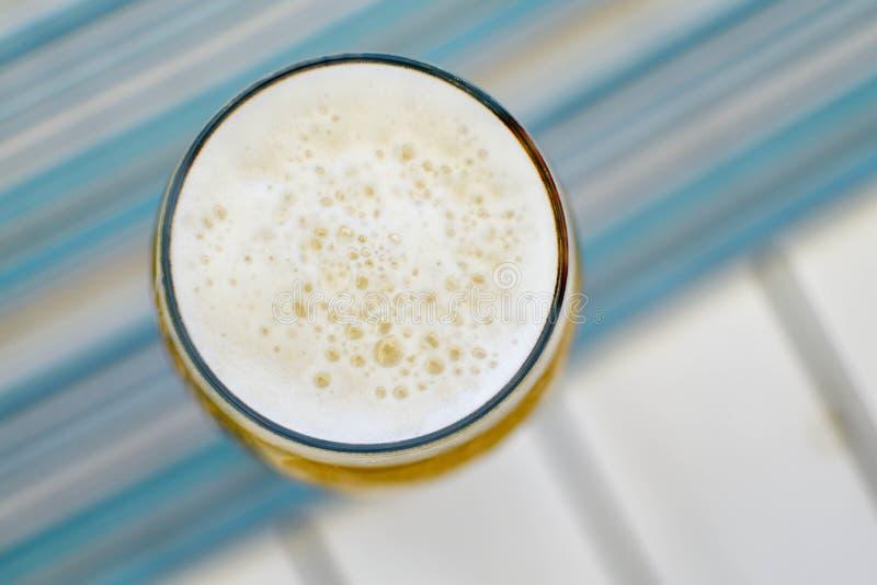 Vista superior de uma caneca espumosa de cerveja fria em um dia de verão quente em um re foto de stock