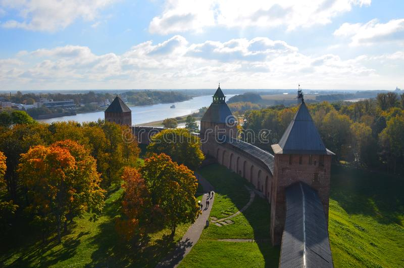 Vista superior de uma das torres do Kremlin em Veliky Novgorod no dia ensolarado do outono, Rússia foto de stock royalty free