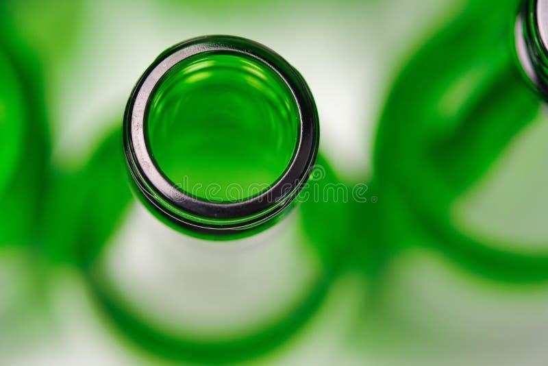 Vista superior de uma garrafa verde vazia imagem de stock royalty free