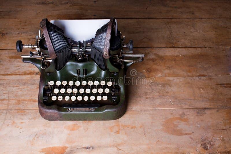 Vista superior de uma máquina de escrever velha em uma tabela de madeira foto de stock royalty free