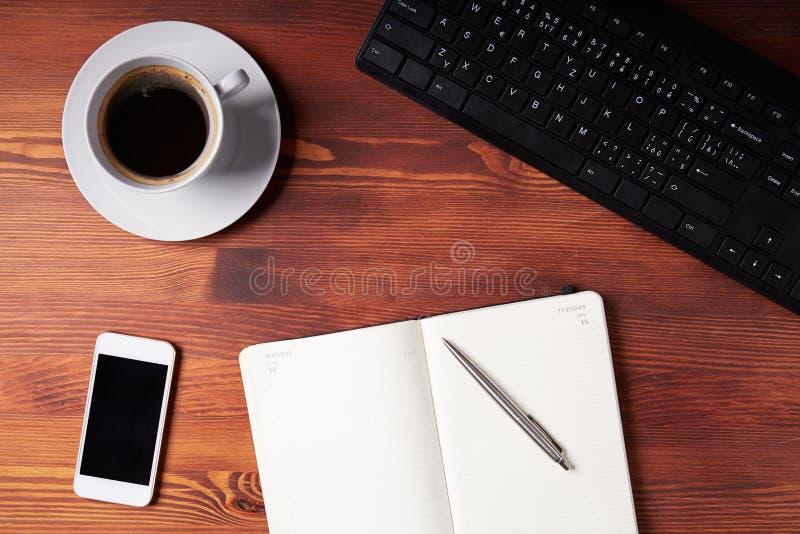 Vista superior de uma mesa do trabalho imagem de stock royalty free