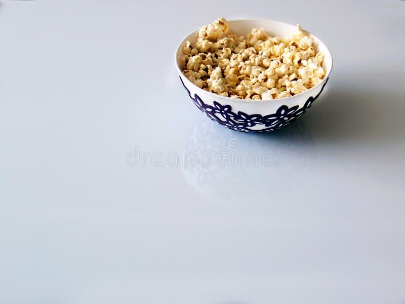 Vista superior de uma pilha da pipoca do caramelo da pipoca em uma placa em uma tabela de vidro fotografia de stock