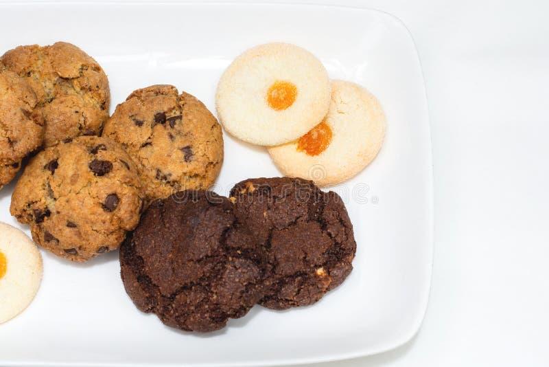 Vista superior de uma placa do chocolate da farinha de aveia, cookies de biscoito amanteigado em um fundo branco foto de stock royalty free