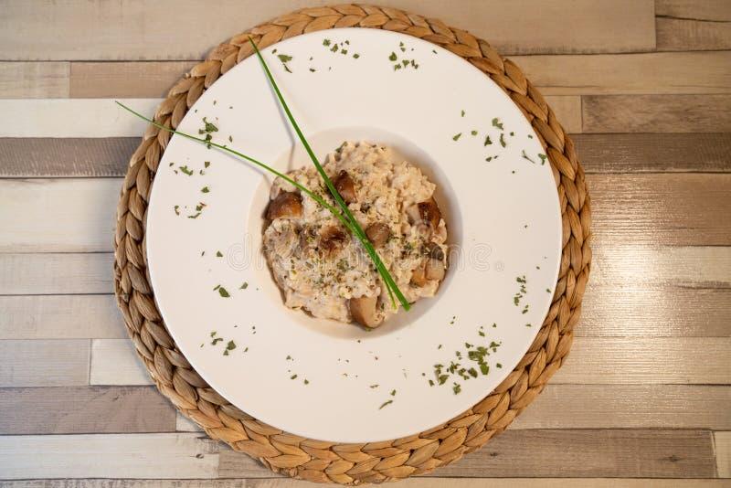 Vista superior de uma placa do risoto do cogumelo em uma tabela de madeira fotografia de stock royalty free