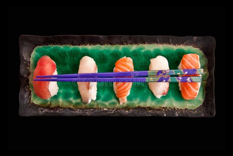 Vista superior de uma placa dos sushis no fundo preto imagem de stock