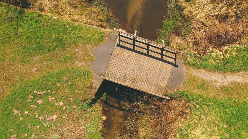 Vista superior de uma ponte de madeira no Eutersee fotografia de stock royalty free