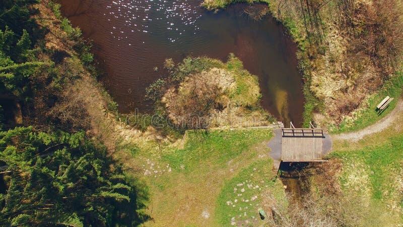 Vista superior de uma ponte de madeira no Eutersee foto de stock