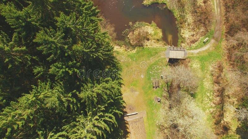 Vista superior de uma ponte de madeira no Eutersee imagem de stock