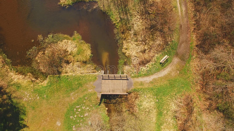 Vista superior de uma ponte de madeira no Eutersee imagens de stock royalty free