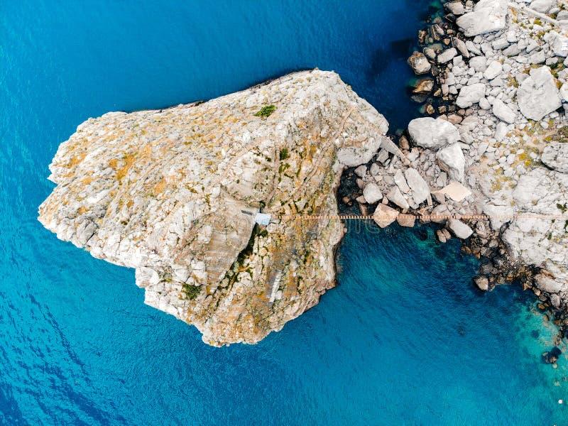 Vista superior de uma rocha só no mar, Crimeia foto de stock