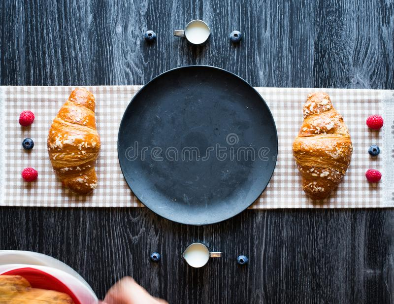 Vista superior de uma tabela de madeira completamente dos bolos, frutos, café, biscoitos imagens de stock royalty free