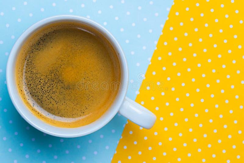 Vista superior de uma xícara de café e de uma pilha de notas de dólar em uma bolsa fotos de stock royalty free