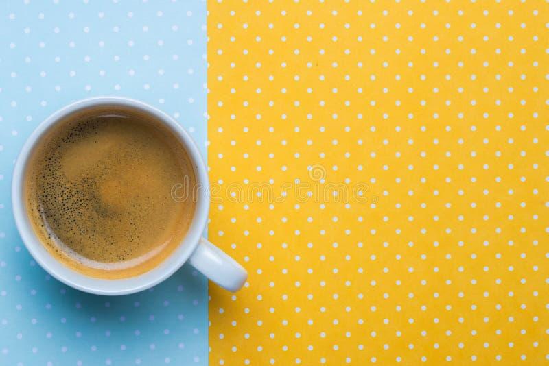 Vista superior de uma xícara de café e de uma pilha de notas de dólar em uma bolsa imagem de stock royalty free