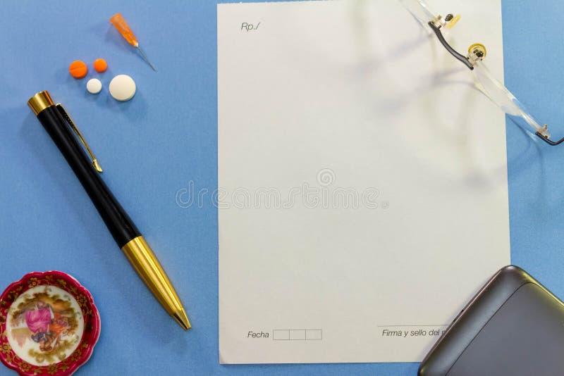 Vista superior de un escritorio con los diversos elementos de la medicina imagen de archivo libre de regalías