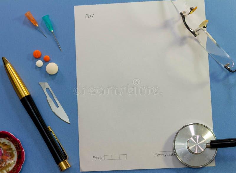 Vista superior de un escritorio con los diversos elementos de la medicina imágenes de archivo libres de regalías