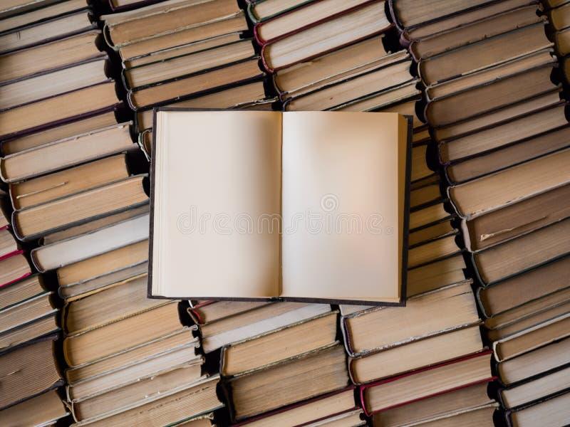 Vista superior de un libro abierto sobre la porción de libros Sabiduría y concepto del conocimiento blank fotografía de archivo