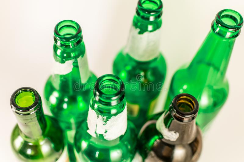 Vista superior de un paquete de verde vacío y de botellas de vidrio marrones del vino y de cerveza, con las etiquetas rasgadas en fotografía de archivo