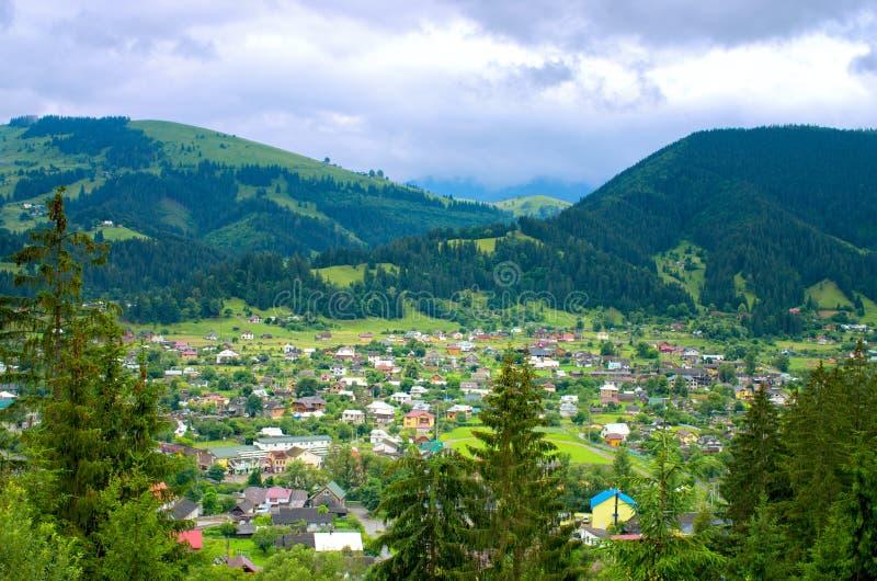 vista superior de un pueblo en las montañas cárpatos imágenes de archivo libres de regalías