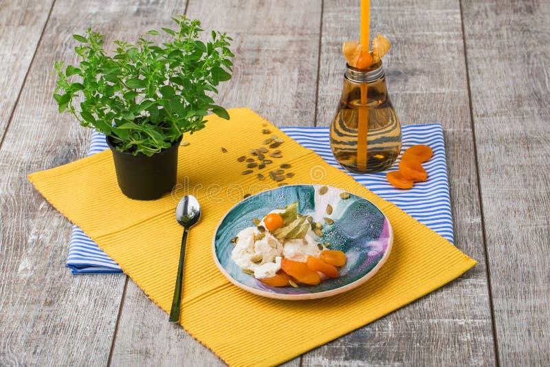 Vista superior de un sistema de cena lindo en un fondo de madera Una composición colorida de una placa, de una botella anaranjada imagenes de archivo