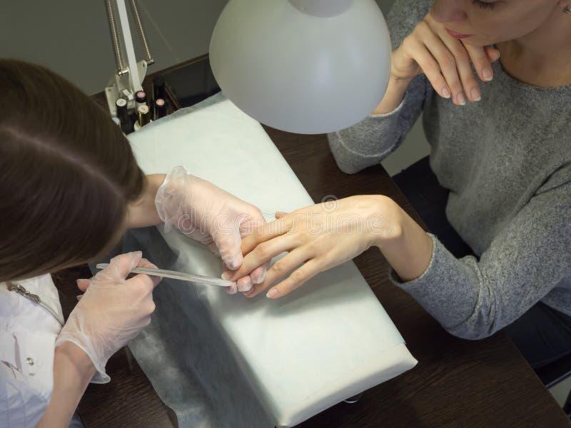 Vista superior de una manicura profesional para el cliente foto de archivo