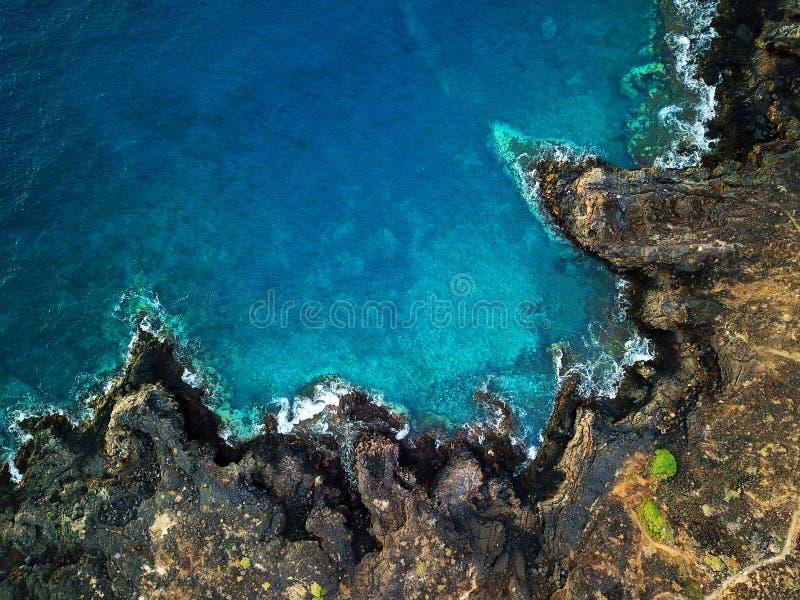 Vista superior de una orilla rocosa abandonada de la costa de la isla de Tener foto de archivo libre de regalías