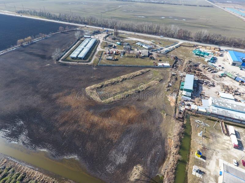 Vista superior de una pequeña granja del tanque Almacenamiento del combustible y de los lubricantes imagenes de archivo