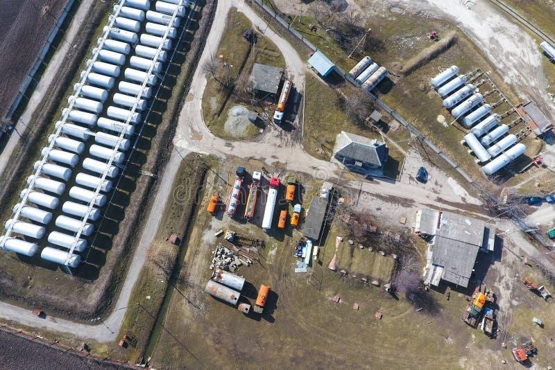 Vista superior de una peque?a granja del tanque Almacenamiento del combustible imagen de archivo libre de regalías