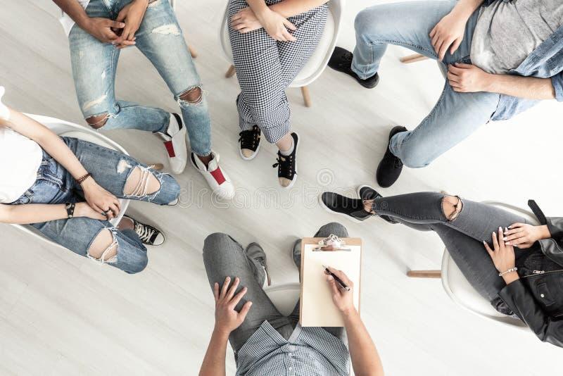 Vista superior de una sesión de terapia del grupo para el ingenio de la lucha de los adolescentes imagen de archivo