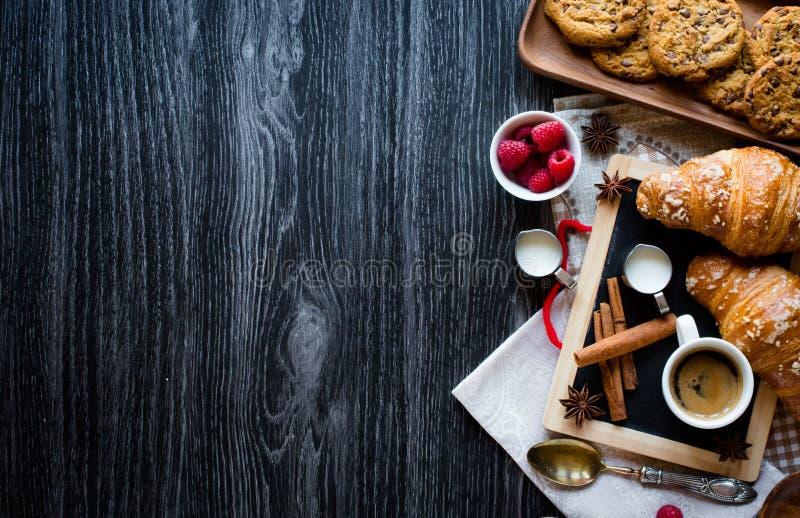 Vista superior de una tabla de madera por completo de tortas, frutas, café, galletas imagenes de archivo