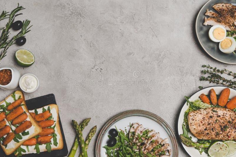vista superior de vários pratos saudáveis frescos dos ingredientes orgânicos foto de stock royalty free