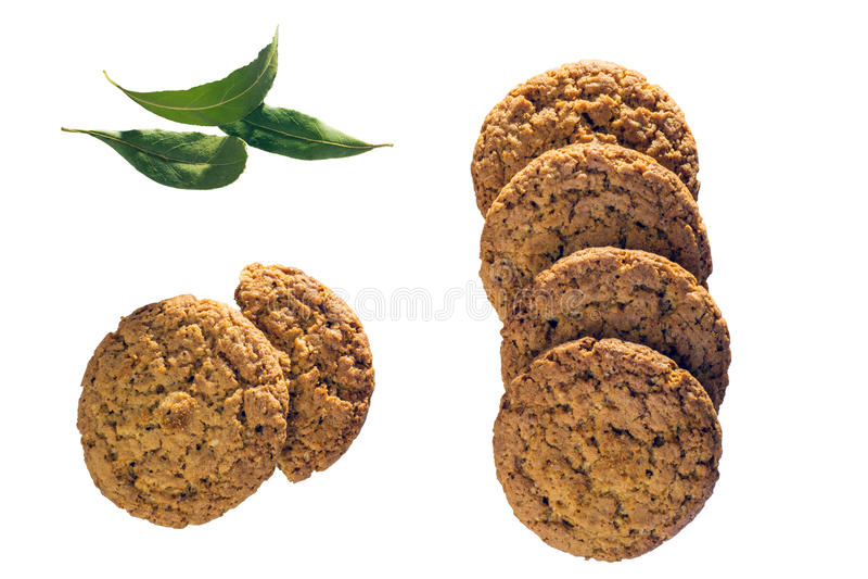 Vista superior de varias galletas de harina de avena aisladas en el fondo blanco fotografía de archivo
